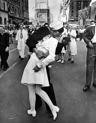 French Feminists Say Iconic V-J Day Kiss Photo Shows Sexual Assault, Want Statue Taken Down | xposing world of Photography & Design | Scoop.it