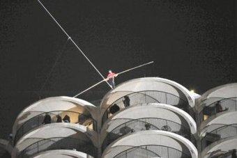 Le funambule Nik Wallenda relie deux gratte-ciel les yeux bandés - Le Journal de l'île de la Réunion | Actus décalés | Scoop.it