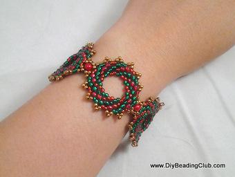 DIY Beading: Christmas Wreath Bracelet | For DIY'ers | Scoop.it
