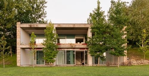 Lgm house par nuno gra a moura marco de canaveses for Maison semi contemporaine