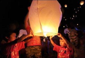 Mille lanternes s'élèvent à Soma, près de Fukushima, hommage aux sinistrés | Le Courrier picard | Japon : séisme, tsunami & conséquences | Scoop.it