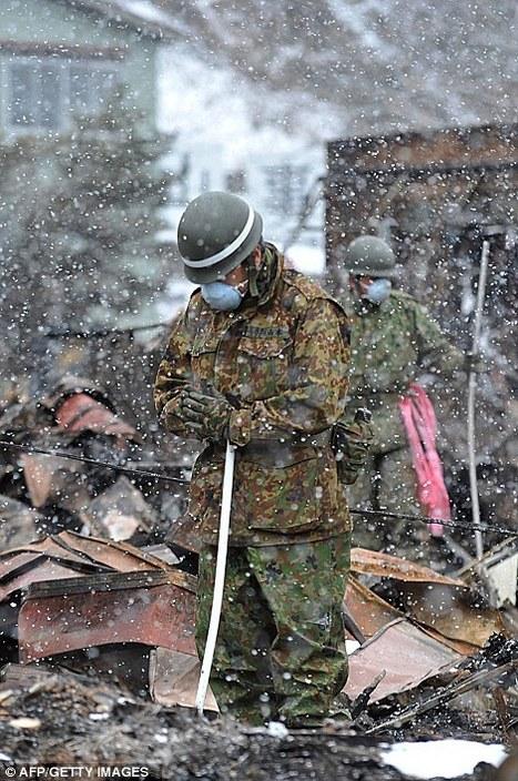[Photo] un soldat japonais prie avant de reprendre le labeur ... on Twitpic | Japon : séisme, tsunami & conséquences | Scoop.it