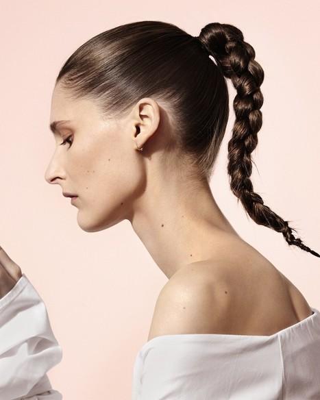Beauty tutorial: zo maak je zelf in 4 stappen de futuristische vlecht zoals gezien bij Céline - Vogue Nederland | Kapsels voor vrouwen | Scoop.it