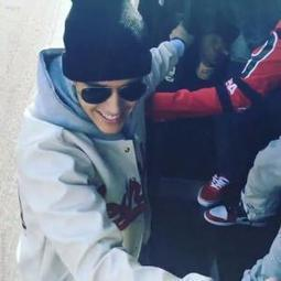 [Video] Justin Bieber Looking Fly On Skateboard Holding On To Moving Van | Young Gossip | Scoop.it