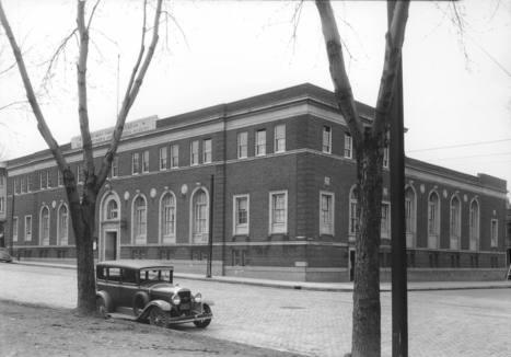 Sir Mortimer-B. Davis Memorial Building (265, rue Mont-Royal Ouest, à l'angle de la rue Jeanne Mance), 8 avril 1936   Photos ancestrales de Montréal   Scoop.it
