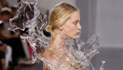 L'impatto della tecnologia sulla moda. Il Metropolitan Museum di New York ci fa una mostra: dai cappelli illuminati di Chalayan ai tessuti stampati in 3D | Artribune | metrobodilypassages | Scoop.it