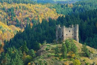 AUVERGNE en automne: le château d'Alleuze (Cantal) | Généalogie et histoire, Picardie, Nord-Pas de Calais, Cantal | Scoop.it