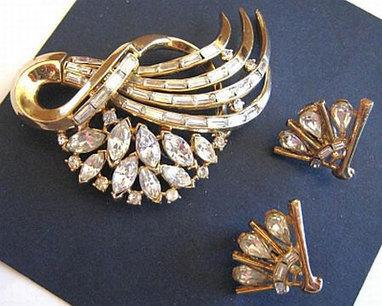 Vintage Crown Trifari Brooch Earring Set Clear Ice Rhinestones Gold Metal Clip Backs Art Deco VG | vintage jewelry | Scoop.it