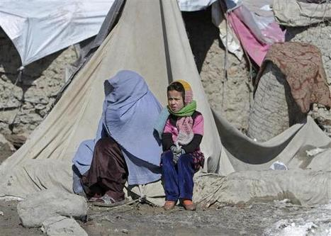An internally displaced Afghan family waits outside of their shelter to receive food aid in Kabul   Risques et Catastrophes naturelles dans le monde   Scoop.it