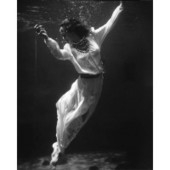 Fashion model underwater in dolphin tank - 1939 | Photographie | Scoop.it