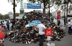 Paris: pyramide de chaussures contre les mines et bombes à sous-munitions | Les chaussures | Scoop.it