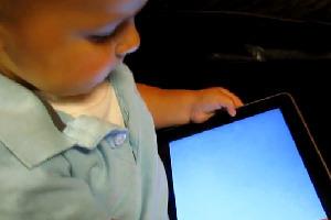 Un bébé de 2 ans maîtrise les fonctionnalités de l'iPad 2 | minutebuzz.com | Web Marketing Magazine | Scoop.it