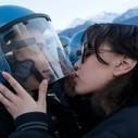 Weil sie einen Polizisten auf den Helm küsste: Demonstrantin ... | Gegen sexuelle Gewalt 1 | Scoop.it