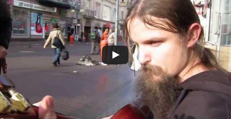 Un artiste de rue fait d'incroyables improvisations avec sa guitare.   Impro Facile   Scoop.it