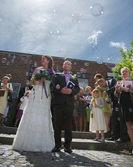 Around the wedding: Des bulles à la sortie de l'Eglise   La revue de presse des Cortèges de Garance   Scoop.it