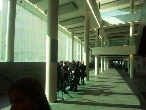 Cincuenta Mossos ponen patas arriba una cafetería para detener a seis indignados que ya se habían entregadovoluntariamente | Bad Police | Scoop.it