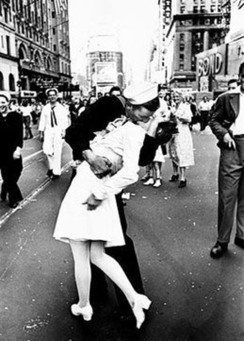 The Kiss that Signaled the End of World War II: WW2 Photography by Alfred Eisenstaedt and the Famous Kiss Picture | World War 2 Herald | Scoop.it
