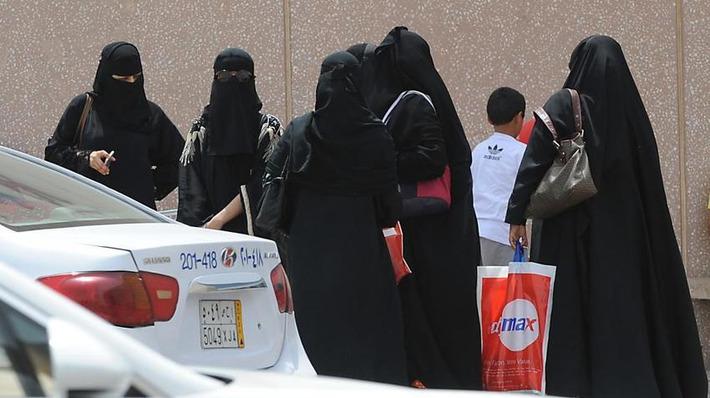 """En Arabie saoudite, une vidéo montre la police religieuse réprimander une femme non gantée   Revue de presse """"AutreMent""""   Scoop.it"""