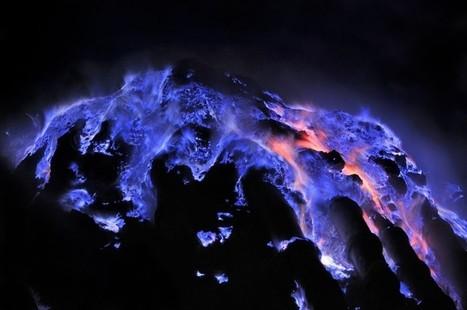 Kawah Ijen en erupción: expulsa gases de color azul eléctrico | GeeKeando | Scoop.it