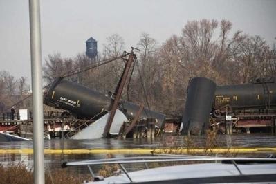 Un tren arroja sustancias químicas a un arroyo tras derrumbarse un puente   Estados Unidos   elmundo.es   Bioseguridad y biotecnología   Scoop.it