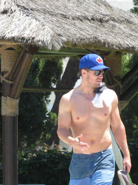 Stephen Amell Spotted Shirtless In Spain | Celebrity Hunks | Scoop.it