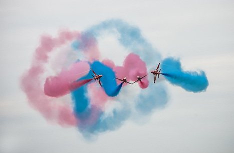 Ron Gessel captures the aerial acrobatics of the Red Arrows in Holland | What's new in Visual Communication? | Scoop.it