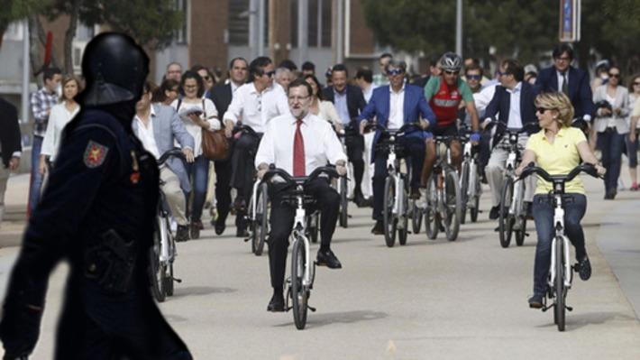 Mariano Rajoy, atacado por los antidisturbios mientras rodeaba el Congreso en bicicleta en pleno acto electoral | Partido Popular, una visión crítica | Scoop.it