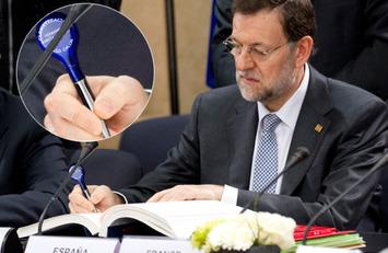 Mariano Rajoy firma un acuerdo internacional con un bolígrafo de propaganda | Partido Popular, una visión crítica | Scoop.it