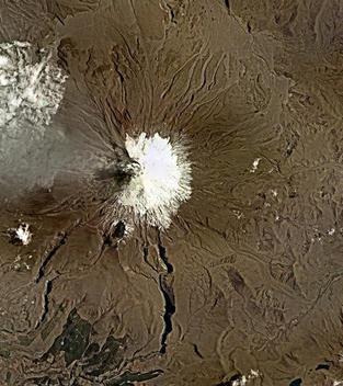 Foto del volcán Cotopaxi expulsando ceniza (agosto 2015)
