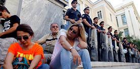 La télé publique grecque attend toujours son heure, dans le noir   DocPresseESJ   Scoop.it