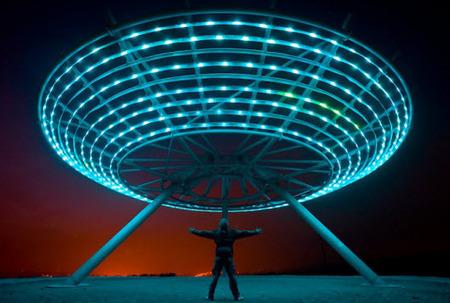 Una estructura iluminada por LED con energía eólica se convierte en un OVNI por las noches - Casas de iluminación líderes y articulos de decoración   Iluminación interiores   Scoop.it