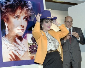 Elizabeth Taylor with purple cowboy hat at Neiman Marcus store, Dallas | A Marketing Mix | Scoop.it