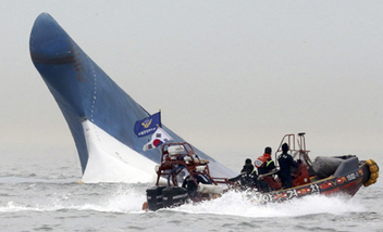 South Korea ferry disaster: Divers begin pulling bodies from sunken ferry   Business Video Directory   Scoop.it