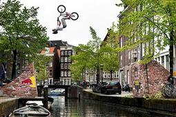Vidéo Un backflip en BMX au dessus du canal d'Amsterdam - Vidéo Sport - Look Ma Video.fr   Buzz, humour et vidéos drôles   Scoop.it