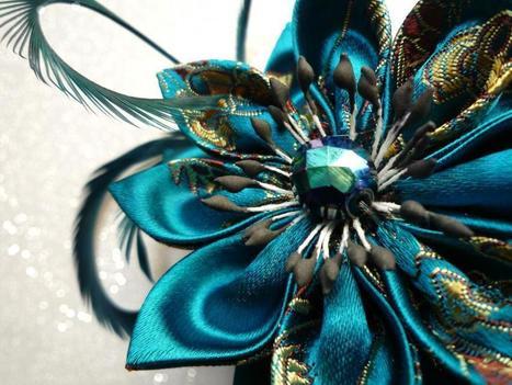 Galerie des créations | Broche/ pince à cheveux avec fleur en satin et plumes par kiff-et-wak | Loisirs créatifs, DIY & activités manuelles | Scoop.it