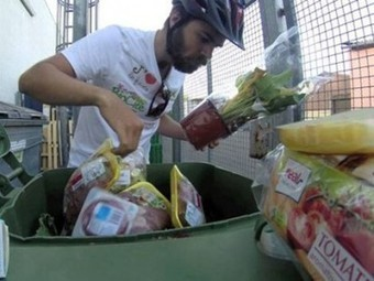 Man dumpster dives 3,000 km across Europe to protest food waste (Video) | Nature Animals humankind | Scoop.it