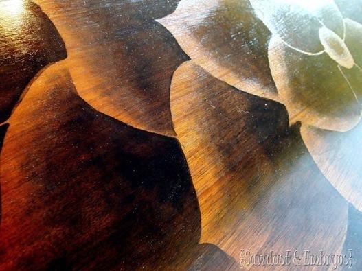 Decorazione artistica di un piano di legno