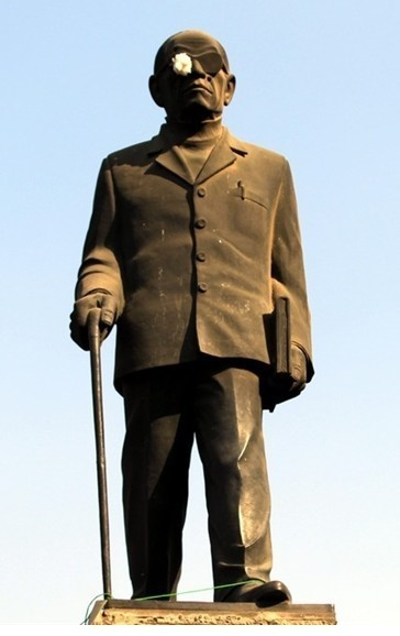 Statue of Egyptian literary giant bandaged in solidarity with injured protesters | Égypt-actus | Scoop.it