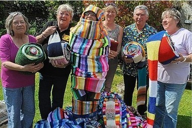 Drinkers go extra two miles . . . knitting scarf to stretch between Rising Sun and Dorothy House hospice | Yarn, yarn, yarn! | Scoop.it