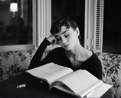 Awesome People Reading: Audrey Hepburn | education & libraries | Scoop.it