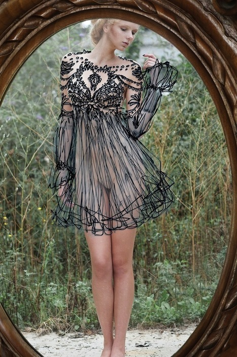 Elaborate Dresses Hand-Drawn on Perfectly Aligned Mirror   Le It e Amo ✪   Scoop.it