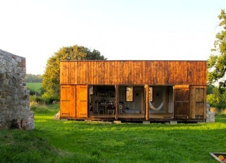 Labor 13′s Rustic Czech House is Made Entirely out of Recycled Materials | Dave Sellers, Iconoclast Architect , GroupThink about the {non-gadgety} house, home, neighborhood, culture, and sustainable living situation for the future. IDEAS WELCOME, INVITED, ENCOURAGED, and MUCH APPRECIATED! | Scoop.it