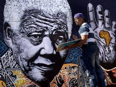 A big hand for Mandela: artist reveals giant portrait | The Independent | Kiosque du monde : Afrique | Scoop.it