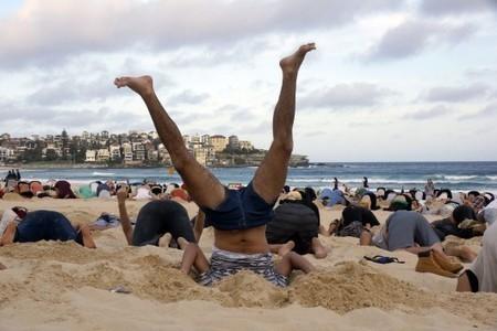 Des Australiens la tête dans le sable pour se moquer de leur premier ministre climatosceptique | Stratégies de communication | Scoop.it