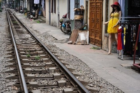 The Rumbling Train Track Street of Hanoi | Strange days indeed... | Scoop.it