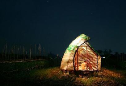 Un abri écologique construit avec des bouteilles en plastique et du bambou ! | Immobilier | Scoop.it