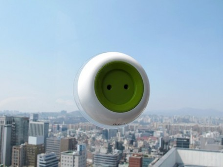 Window Socket: Portable Solar-Powered Outlet Sticks to Windows, Charges Small Electronics | Daily Magazine | Scoop.it