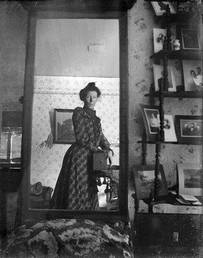 File:Unidentified woman taking her own photograph using a mirror and a box camera, roughly 1900.jpg - Wikimedia Commons | Clic France | Scoop.it
