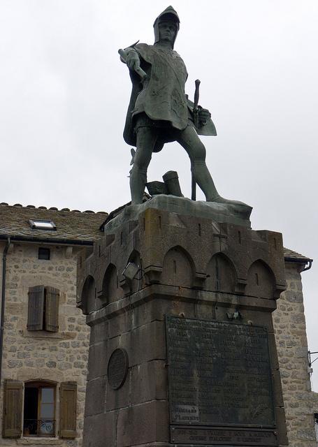 Statue de Bertrand Du Guesclin, Châteauneuf-de-Randon (Lozère ...   Margeride   Scoop.it