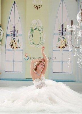 Robe de mariée pas cher | Robe de soirée pas cher - Magnifique robe de mariée bustier décorée de perles traîne chapelle en dentelle et tulle | www.robedumariage.com | Scoop.it